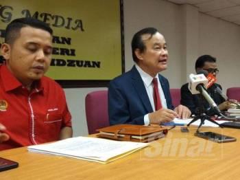 Koo Ham (tengah) ketika sidang media menjelaskan mengenai perjalanan sidang DUN Perak yang akan berlangsung minggu hadapan.