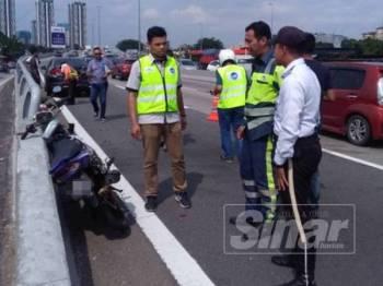 Motosikal yang ditunggang mangsa dalam kejadian petang tadi.