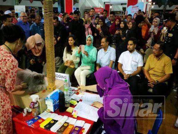 Sultan Mizan dan Sultanah Nur Zahirah bersama dua anakanda meluangkan masa hampir dua jam berkenan melawat Pertunjukan Kucing Antarabangsa CFA Terengganu 2019 di Stadium Tertutup Gong Badak di sini hari ini.