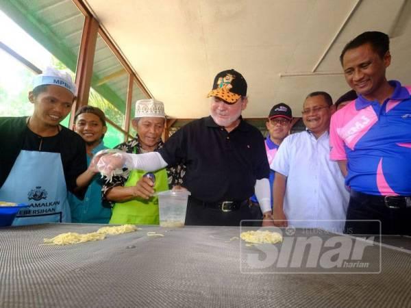 Sultan Johor, Sultan Ibrahim Sultan Iskandar berkenan mencuba pembuatan mi siput.