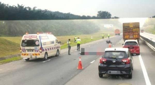 Penunggang motosikal maut selepas terlibat kemalangan dengan sebuah lori di KM44.7 Lebuhraya Utara Selatan arah selatan pagi tadi. - FOTO IHSAN PEMBACA