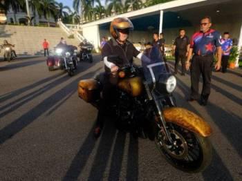 Sultan Johor, Sultan Ibrahim Sultan Iskandar berlepas menaiki motosikal berkuasa tinggi 'Harley-Davidson 2019 Road King Special Touring Bike' pada Kembara Mahkota Johor 2019 kali ke-22 di Istana Pasir Pelangi, di sini hari ini.