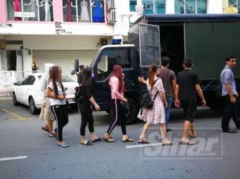 Antara wanita warga asing yang ditahan dalam operasi yang dijalankan.