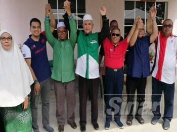 Saarani (tiga dari kanan) dan Razman (empat dari kiri) menjulang tangan bersama bagi menunjukkan semangat kerjasama politik utuh termeterai antara UMNO dan Pas Perak bagi menghadapi PRU15 kelak.