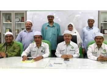 Ahmad (dua dari kanan, depan) pada sidang media selepas mempengerusikan mesyuarat pertama Badan Perhubungan Pas Kedah, di Kompleks Pas Kedah, hari ini.