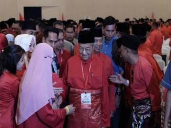 Perdana Menteri Tun Dr Mahathir Mohamad yang juga Pengerusi Parti Pribumi Bersatu Malaysia (PPBM) diiringi Menteri Dalam Negeri Tan Sri Muhyiddin Yassin yang juga Presiden PPBM pada Perhimpunan Agung Khas PPBM di MAEPS Serdang hari ini. -Foto Bernama