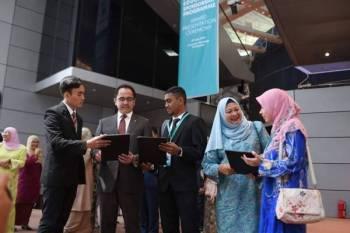 Wan Zulkiflee (dua dari kiri) dan Raiha Azni (dua dari kanan) beramah mesra bersama penerima PESP di UTP hari ini. - Foto ihsan Petronas