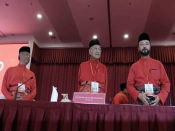Dr Mahathir (tengah) bersama Tan Sri Muhyiddin Yassin (kiri) dan Datuk Seri Mukhriz Tun Dr Mahathir (kanan) pada Perhimpunan Agung Khas Bersatu, hari ini. - Foto Bernama