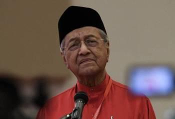 Tun Dr Mahathir Mohamad berucap pada Perhimpunan Agung Khas Bersatu di MAEPS Serdang hari ini. -Foto Bernama