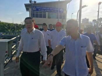 Guan Eng melakukan tinjauan dan melihat sendiri keadaan serta keperluan di stesen pintu kawalan air (baraj) di muara Sungai Melaka hari ini.