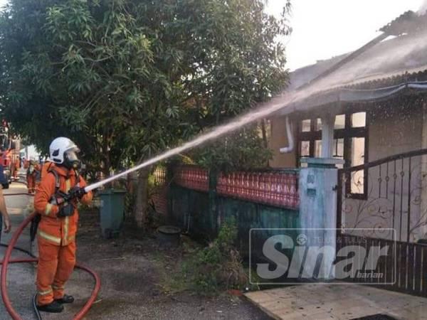 Pasukan bomba berusaha memadam kebakaran yang berlaku di Sungai Isap 2 di sini awal pagi tadi.