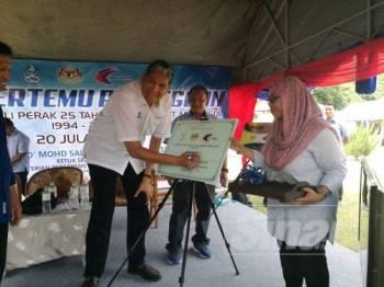 Mohd Sallehuddin menandatangani plag sebagai simbolik perasmian Sambutan Jubli Perak 25 tahun Taman Laut Malaysia di Pulau Tioman di sini, semalam.