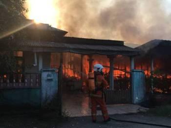 Bomba sedang melakukan kerja-kerja memadam api dalam kejadian di Sungai Isap 2 di sini pagi tadi.