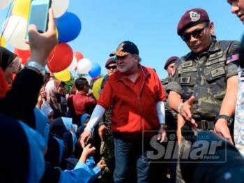 Sultan Johor, Sultan Ibrahim Ibni Almarhum Sultan Iskandar berkenan bersalaman dengan kanak-kanak di Felda Chempelak.