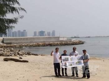 Jagdeep (dua dari kanan) menunjukkan pelan pembangunan berhampiran tambakan laut di Persiaran Gurney tadi.
