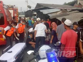 Pemandu pacuan empat roda (duduk) sedang diberi rawatan di lokasi sementara dibawa ke Hospital Sultanah Nur Zahirah (HSNZ) untuk mendapatkan rawatan susulan.