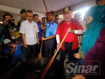 Sultan Johor, Sultan Ibrahim Ibni Almarhum Sultan Iskandar mengacau dodol di SMK Seri Kota Paloh.