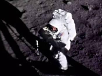 Gambar yang memaparkan wajah Armstrong dengan jelas ketika beliau berjalan di permukaan bulan ditemukan oleh jurugambar amatur British, Andy Saunders. - Foto: Andy Saunders /NASA