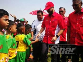 Mukhriz bersalaman dengan pasukan perlawanan akhir acara futsal sempena Hari Potensi Kanak-Kanak Tabika Kemas Peringkat Kedah.