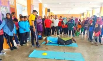 Sebahagian daripada ibu bapa menjalani latihan kesihatan anjuran SK Kedai Tanjung.