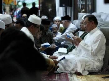 Anwar mengadakan bacaan Yasin dan solat Hajat pada Majlis Zikir dan Selawat Nurul Anwar di kediamannya, Bukit Segambut, Segambut, Kuala Lumpur hari ini. -  FOTO ZAHID IZZANI