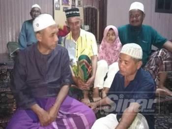 Wan Ibrahim (depan, kanan) diziarahi ADUN Semerak, Wan Hassan Wan Ibrahim (kiri) malam tadi.