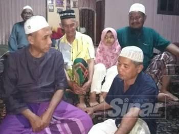 Ahli Dewan Undangan Negeri (ADUN) Semerak Wan Hassan Wan Ibrahim (kiri) ketika menziarahi Wan Ibrahim (depan, kanan) tadi.