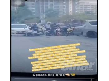 Tangkap layar video yang tular mengatakan anggota polis berkenaan memukul remaja tersebut.
