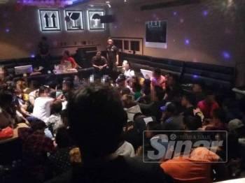 Warga asing yang diperiksa dan ditahan dalam Op Hiburan IPD Serdang, di sebuah pusat hiburan keluarga di sini lewat malam tadi.