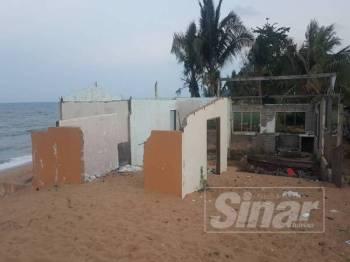 Rumah-rumah yang musnah dibadai ombak dan ekoran hakisan pantai.