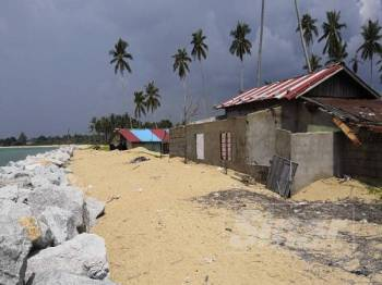 Keadaan rumah Suhaiza dari luar sudah ditimbusi pasir yang dibawa ombak.