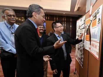 Menteri Kesihatan Datuk Seri Dr Dzulkefly Ahmad (dua, kiri) mendengar penerangan daripada Pengerusi Penganjur Neuropsychiatry Masterclass Dr Chee Kok yoon (kanan) selepas merasmikan 'Neuropsychiatry Masterclass 2019' hari ini. Turut sama Pengarah Hospital Kuala Lumpur Dr Heric Corray (kiri).- Foto Bernama