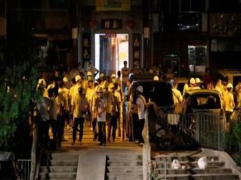 Kumpulan penyerang dipercayai kongsi gelap berkumpul di stesen MTR Yuen Long selepas melakukan serangan. - Foto Reuters