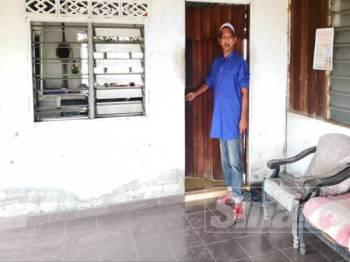 Mohd Yusof menunjukkan pintu hadapan dipecahnya untuk masuk ke rumah berkenaan.