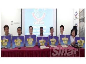 Sugoomahran (empat dari kanan) bersama ahli jawatankuasa MATTA Perak pada sidang media hari ini.