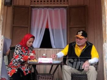 Sultan Ibrahim bersama Raja Zarith Sofiah berkenan menikmati sajian daging salai di Felda Taib Andak.