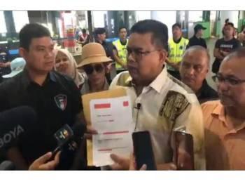 Tangkap layar dari video Lokman menunjukkan beliau memegang hasil laporan video intim terbabit yang dianalisis oleh pakar forensik dari Indonesia.