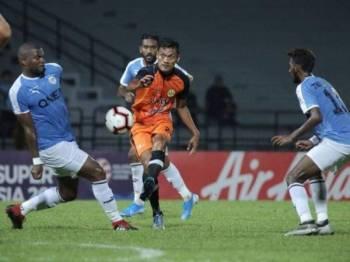 Pemain PKNP FC, Hafiz Kamal melakukan percubaan ke gawang lawan pada perlawanan berkenaan. Foto: PKNP FC