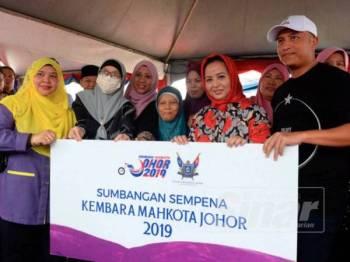 Permaisuri Johor, Raja Zarith Sofiah Sultan Idris Shah menyampaikan sumbangan kepada penerima.
