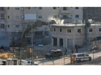 Jentera Israel merobohkan bangunan milik Palestin di perkampungan Sur Baher, Baitulmaqdis. - Foto AFP
