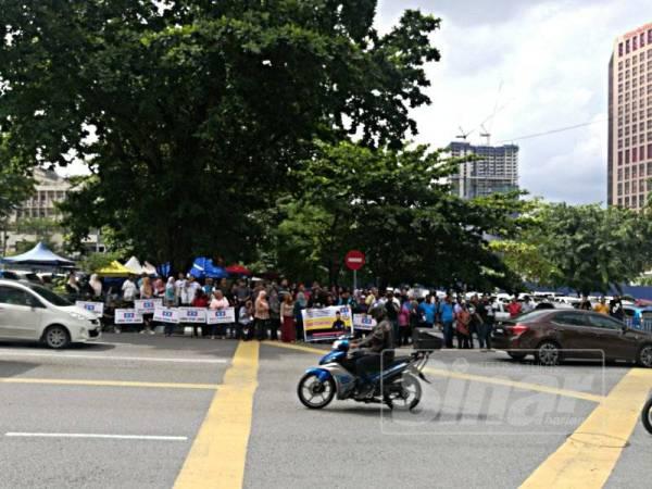 Penyokong Farhash hadir luar pekarangan Ibu Pejabat Polis Daerah Dang Wangi, Kuala Lumpur, hari ini.