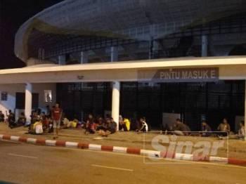 Antara penyokong Perak yang berkumpul di hadapan pintu masuk E, malam tadi.