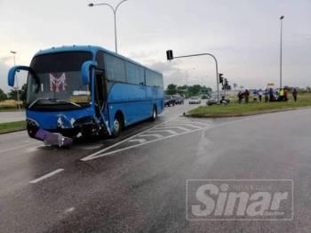 Bas yang dipercayai merempuh kereta dinaiki mangsa dalam kejadian itu.
