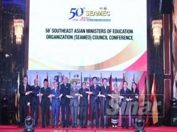 Maszlee (empat dari kiri) bersama barisan deligasi yang hadir pada Majlis Perasmian Persidangan Majlis Pertubuhan Menteri-Menteri Pendidikan Asia Tenggara (SEAMEO) ke-50 hari ini. FOTO ZAHID IZZANI