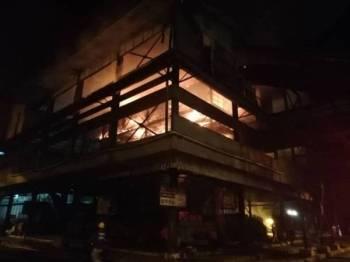 Keadaan kilang sawit di Felda Air Tawar 2, di sini yang terbakar 40 peratus dalam kejadian kebakaran berlaku malam tadi.