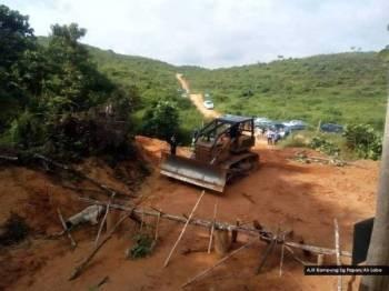 Kerja-kerja mengalihkan sekatan dilaksanakan syarikat pembalakan di Hutan Simpan Air Chepam, Hulu Perak setelah laporan polis dibuat ke atas tiga lelaki orang asli yang membuat sekatan itu.