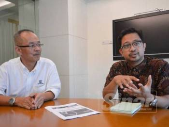 Abdul Razak (kiri) dan Wan Nor Azriq bercakap mengenai Usaha dan peranan yang dimainkan Melaka in Fact.