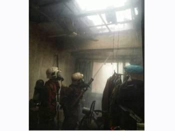 Keadaan bumbung rumah dihuni keluarga oku yang terbakar pagi tadi.
