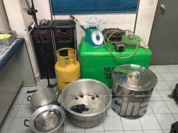 Perkakas dan alat memproses daun ketum turut dirampas dalam serbuan di sebuah rumah di Dungun kira-kira jam 12.30 tengah malam tadi.