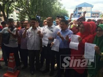 Kepimpinan sayap Pas, UMNO merakamkan gambar bersama selepas membuat laporan di Balai Polis Seksyen 6 hari ini terhadap individu yang menghina Nabi Muhammad SAW.